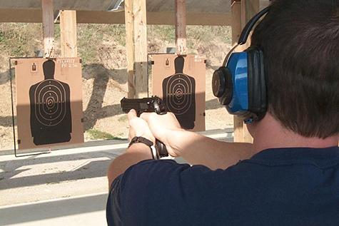 Treinamento com armas de fogo e stand de tiro